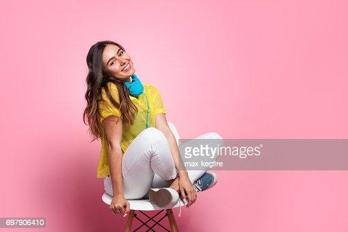 Joven adolescente en silla : Foto de stock