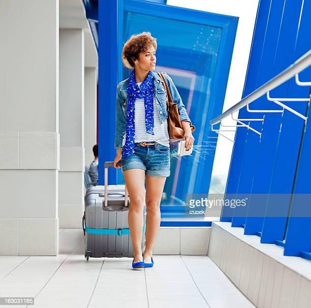 Jeune touriste à l'aéroport