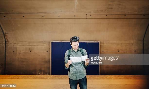 Jeune homme touristiques de la station de métro à Paris regardant la carte