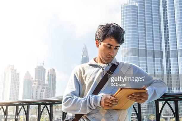 Junge Tourist stehen nahe Burj Khalifa in der Innenstadt von Dubai