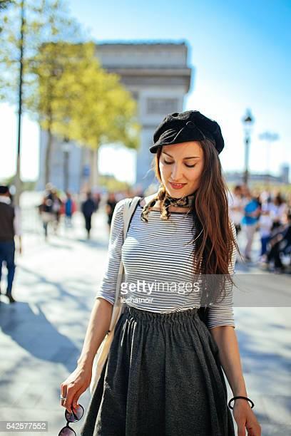 turista joven mujer relajándose en París
