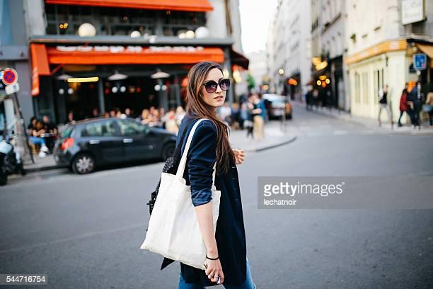 Jeune touriste Femme marchant dans Paris