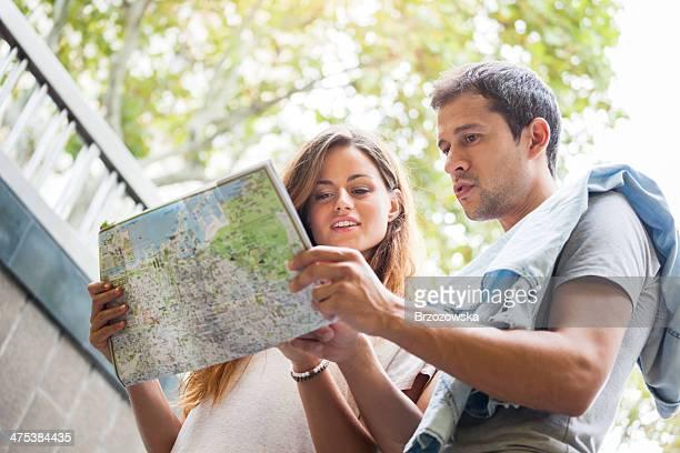 Jóvenes turistas leer un mapa