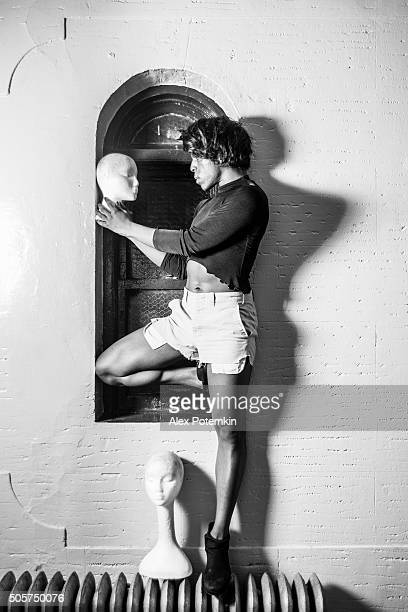 Jeune femme posant avec dummyes Transsexuel
