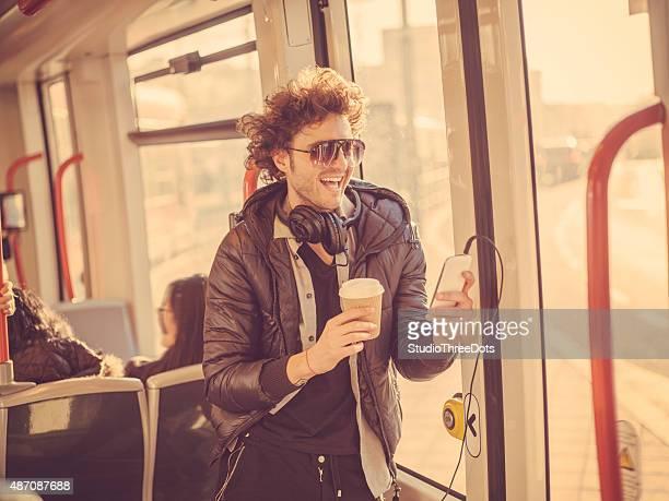 Junge modische Mann mit Handy