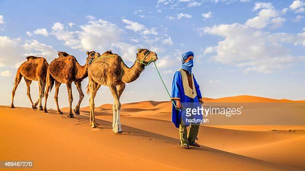 Jovem Tuaregue com Camelos no deserto do Saara Ocidental na África