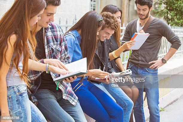 Turca jovens estudantes a fazer os seus trabalhos de casa