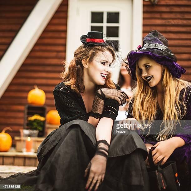 Jeune vampire et sorcière habillée pour halloween
