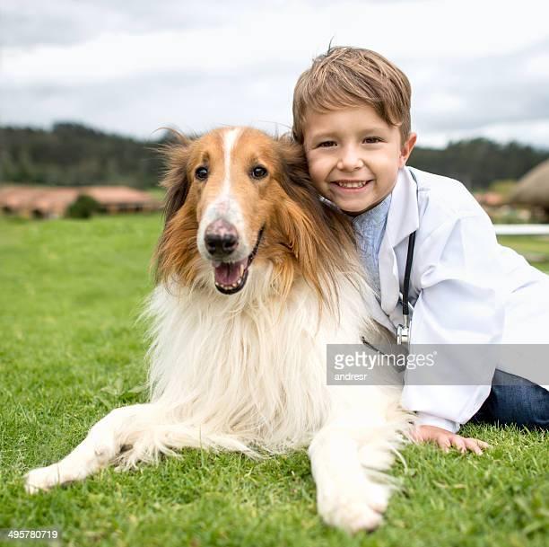 Young veterinario con perro