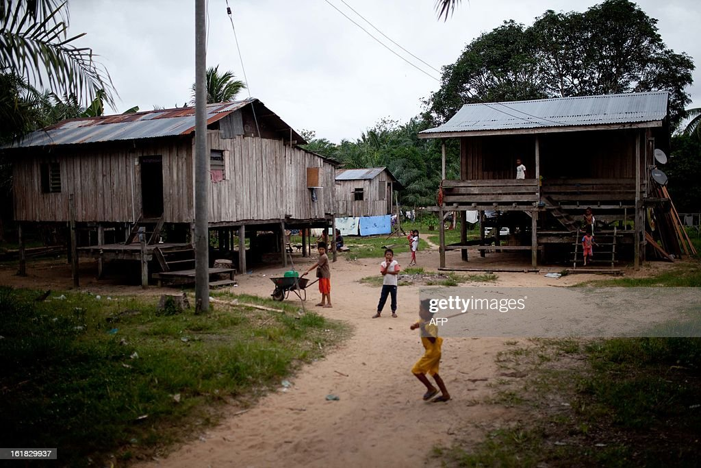 Young villagers play in their yard in Tanjung Labian in the areas close to where suspected Philippine militants are holding off, near Lahad Datu on the Malaysian island of Borneo, on February 17, 2013. Malaysia's government said on February 14 that its security forces have surrounded dozens of suspected Philippine militants in a remote area with a history of incursions by armed Filipino Islamic groups. AFP PHOTO / MOHD RASFAN