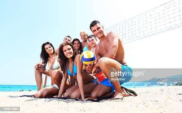 Jeune équipe de volleyball, souriant et à la recherche dans la caméra.