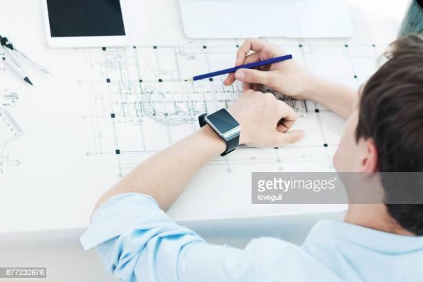 近代的なオフィスで働く若い白人男性技術者