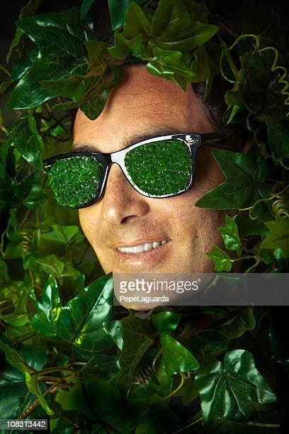 Junge mit Gras Sonnenbrillen im ivy Blätter