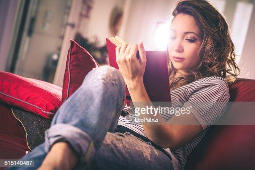 若い女性の読書に吸収されたご予約