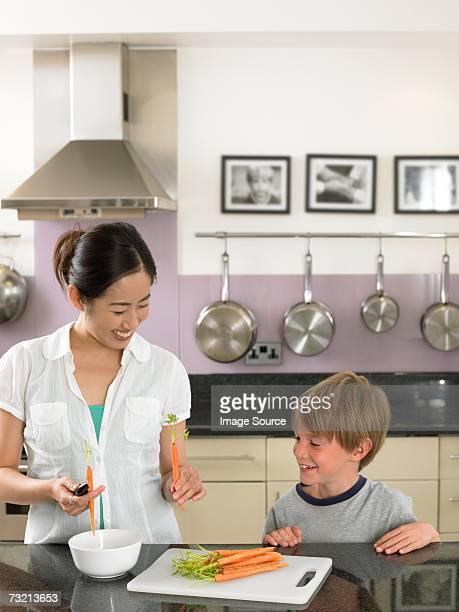若い女性と少年準備ニンジン