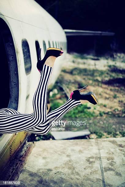 Jeune femme et broken avion