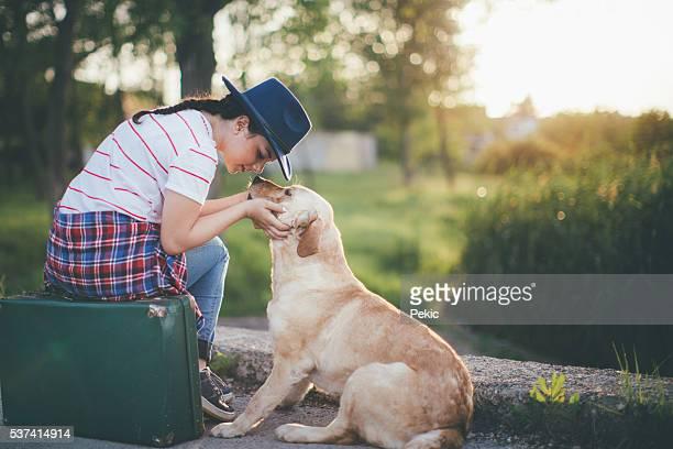 Junge Frau und ihrem Hund auf einer Schaukel