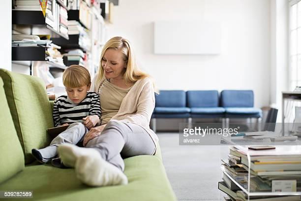 Junge Frau und ihr Sohn mit tablet PC zu Hause