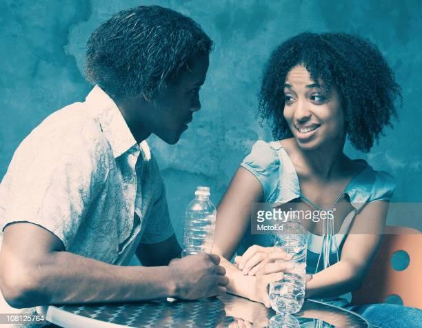 Jeune femme et homme Flirter