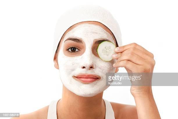 Junge Frau benutzt eine Gesichtsmaske-isoliert