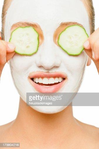 Jeune femme appliquant du masque pour le visage