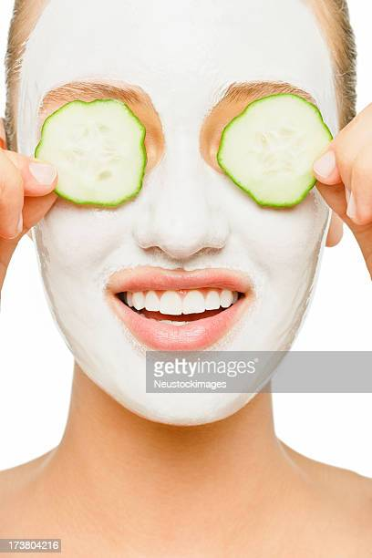 Junge Frau benutzt Gesichtsmaske