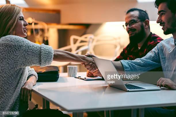 Jeune femme dans un entretien d'embauche.