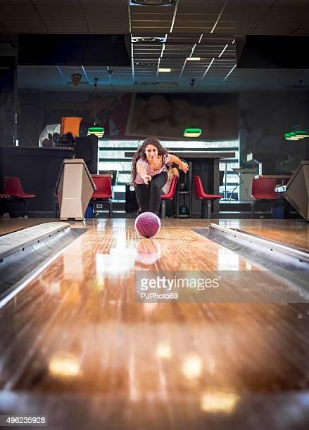 Jovem mulher na bowling