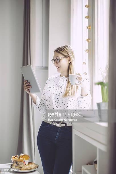 Junge Frau zu Hause