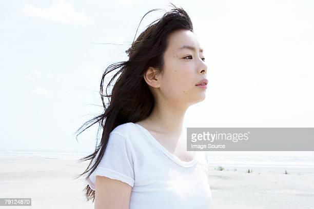 若い女性の海岸