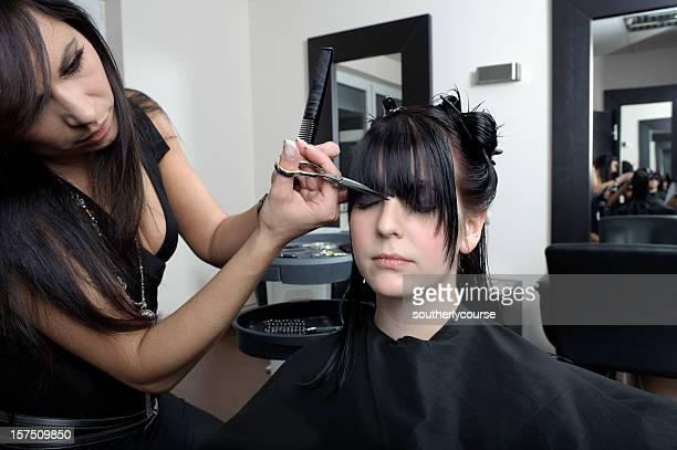 Jeune femme dans le salon de coiffure s
