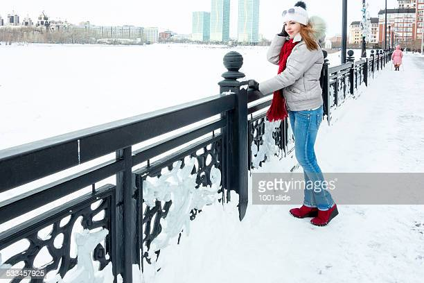 Junge Frau im winter in Astana