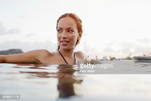 Young woman bathing in swimming pool : Stockfoto