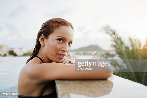 Young woman bathing in swimming pool : Foto stock