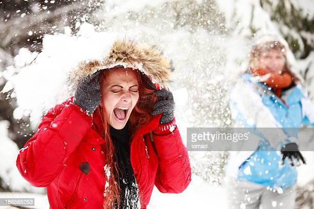 Jeune femme être atteint par la boule de neige-photo