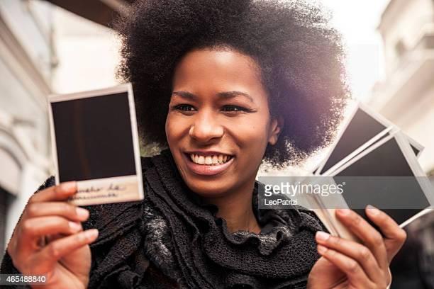 Jeune femme que ce dernier navigue sur Appareil photo instantané Tour en images