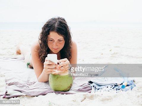 Junge Frau, Surfen im Internet in Vacations : Stock-Foto
