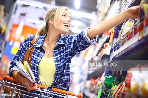 Joven mujer comprando alimentos.