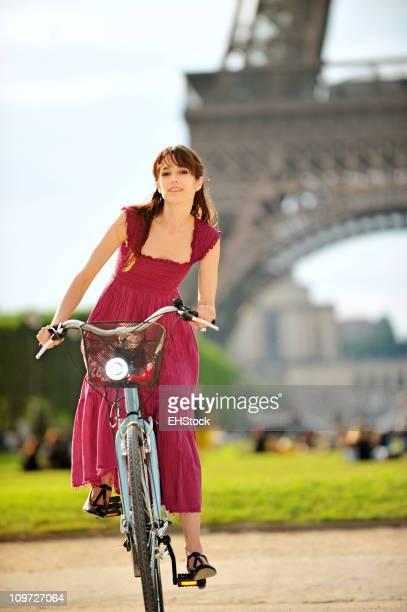 Jeune femme de Tour Eiffel de l'équitation en vélo