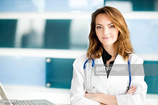 Junge Frau europäischer Abstammung Arzt Krankenschwester in medizinische Büro Clinic
