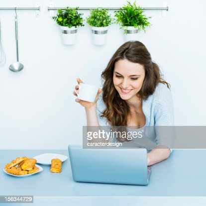 Young woman checking e-mails at home : Foto de stock