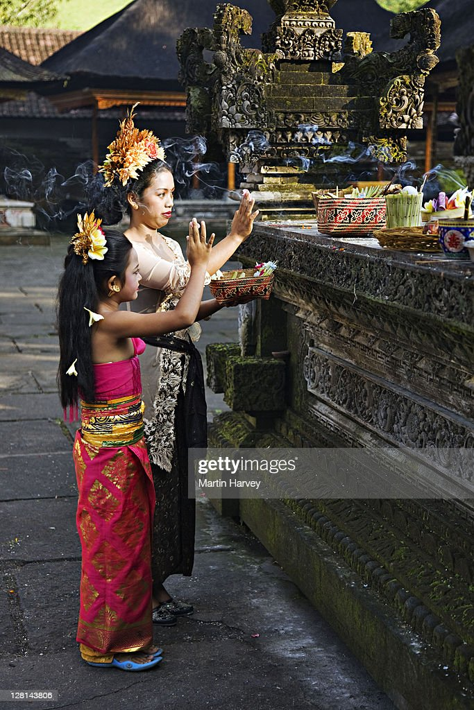 Young woman & child bring offerings to temple. Ubud, Bali, Indonesia : Stock Photo