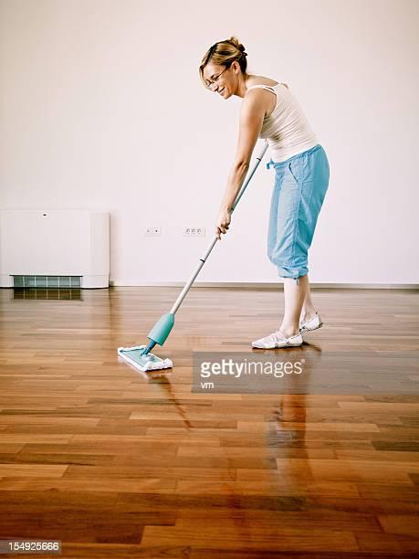 Junge Frau Reinigung Holzboden