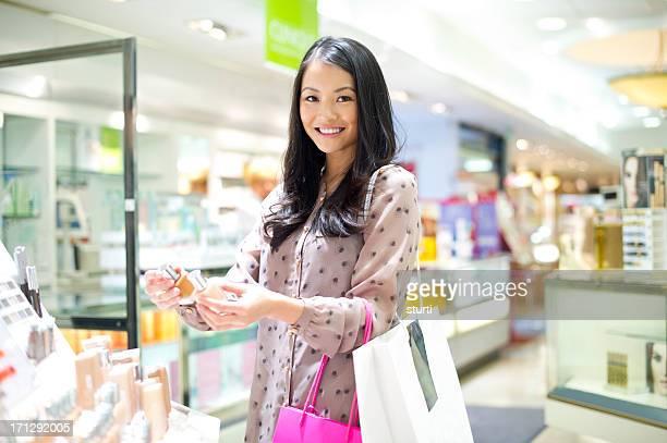 Jeune femme en comparant les produits cosmétiques