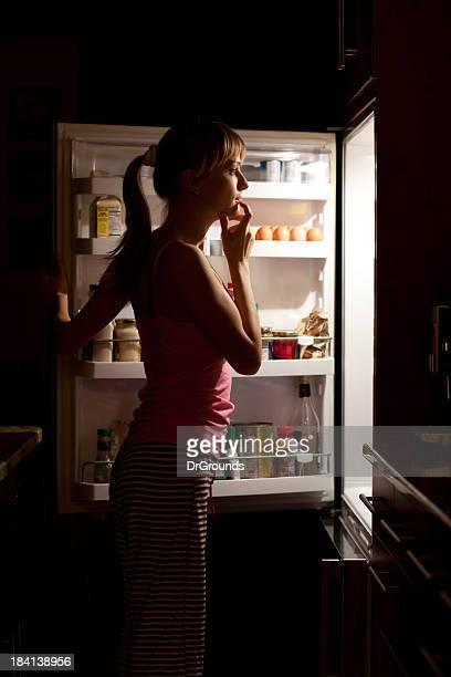 若い女性の料理をお選びになって、夜の冷蔵庫