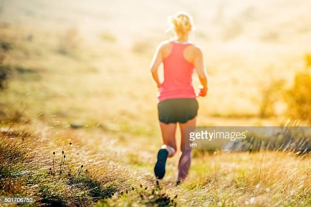 Jovem de running de corta-mato