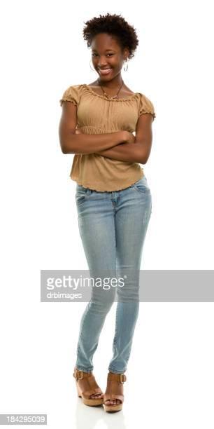 Felice giovane donna in piedi pieno lunghezza verticale
