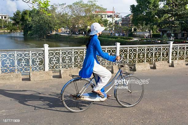 若い女性のサイクリングの色合い、ベトナム