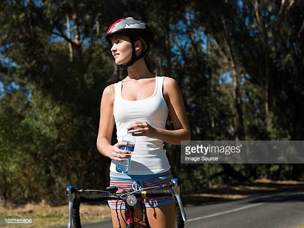 Jeune femme vélo sur la route