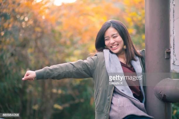 秋の森で踊る若い女性